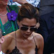 Victoria Beckham assiste à final do torneio de Wimbledon com vestido decotado
