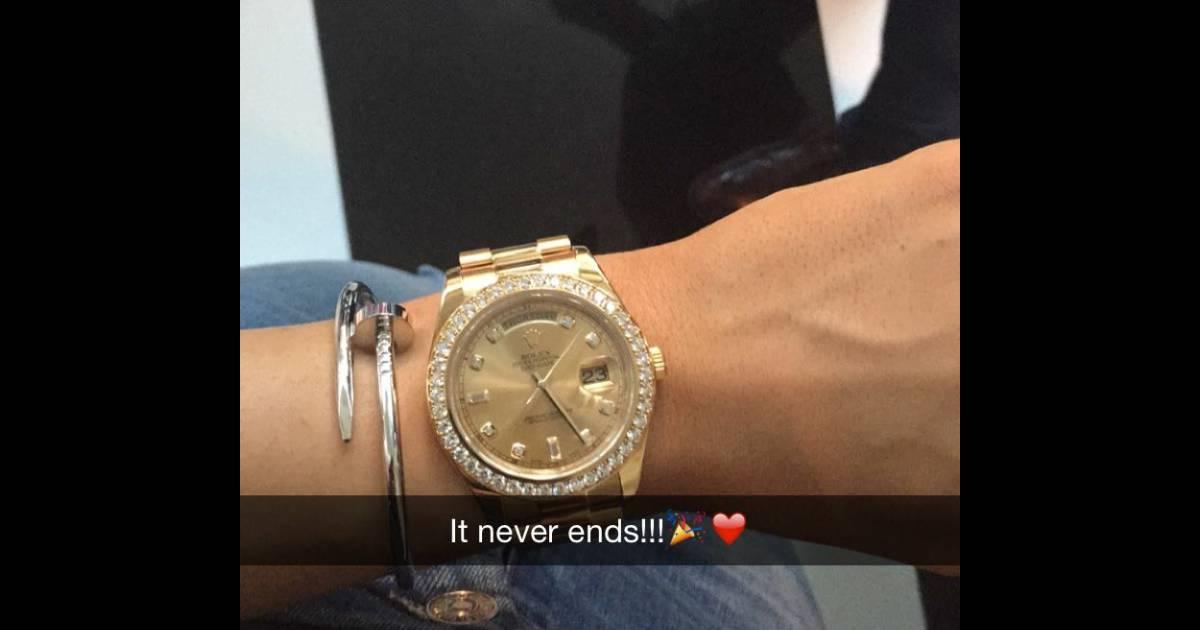 dc1e9842366 Kylie Jenner usou relógio rolex de R  100 mil em sua formatura - Purepeople