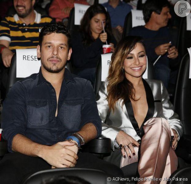 Sabrina Sato usa decote generoso na pré-estreia de 'O Concurso', acompanhada pelo namorado, João Vicente de Castro, em 8 de julho de 2013