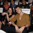 Carol Castro posa com o noivo, Raphael Sander,na pré-estreia de 'O Concurso'