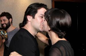 Murilo Benício beija Débora Falabella após estreia da atriz no teatro