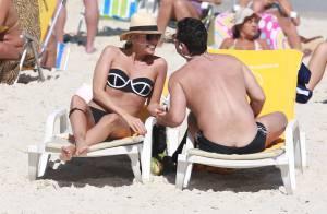 Adriane Galisteu troca beijos com marido e mostra corpo sequinho em praia do Rio