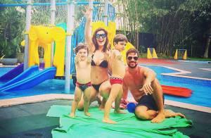 Juliana Paes posa de biquíni com os filhos e o marido e mostra barriga chapada