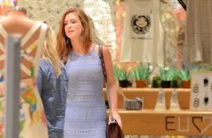 Marina Ruy Barbosa usa vestido rendado de R$ 295 para noite de compras no Rio
