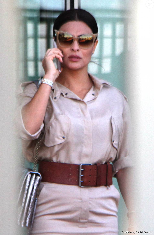 6e3e941a10295 A atriz Juliana Paes foi fotografa usando um óculos da grife Dita, banhado a  ouro