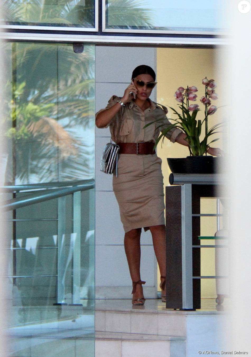 2c588afdf8a86 Juliana Paes fará uma editora de moda gananciosa na próxima novela das sete   Totalmente Demais , e gravou cenas falando ao celular, em São Conrado, ...