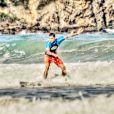 O jogador Daniel Alves, namorado deThaíssa Carvalho, surfa na praia de Geribá, em Búzios, litoral do Rio de Janeiro