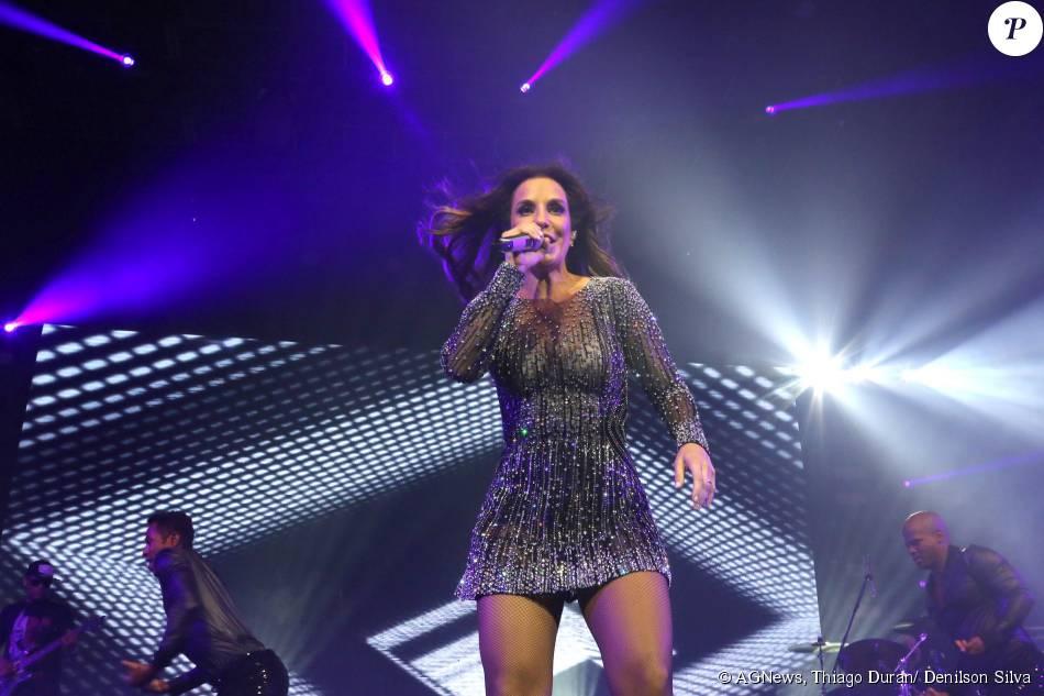 Ivete Sangalo escolheu um vestido curtinho e bordado com pedras para seu show, em São Paulo, na madrugada deste sábado, dia 22 de agosto de 2015
