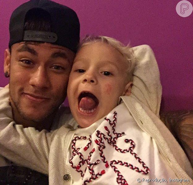 Davi Lucca, filho de Neymar, e a mãe, Carol Dantas, se mudaram de Santos para Barcelona, onde mora o jogador. As informações são do site 'Uol'