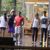 Claudia Raia passeia com os filhos e o marido; Enzo aparece com nova namorada