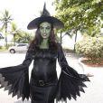 Juliana Paes pintou o rosto de verde e se fantasiou de bruxa para um bloco de rua no Carnaval carioca em 2013