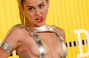 Miley Cyrus aparece com look quase nu para a premiação VMA da MTV