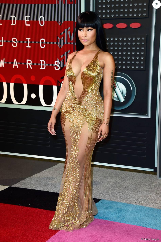 Nicki Minaj chamou a atenção com um vestido dourado Labourjoisie, com brilhos e transparência, e um decote profundo no VMA 2015, neste domingo, 30 de agosto de 2015