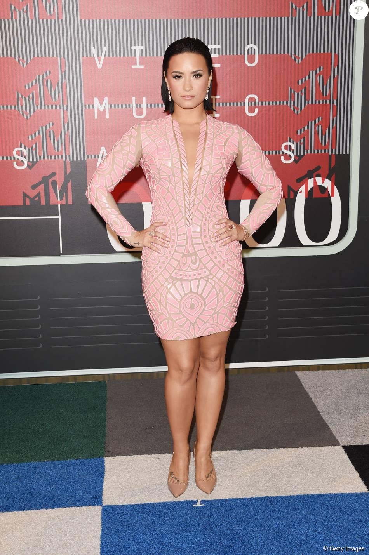Demi Lovato chegou ao VMA 2015 usando um vestido Nicolas Jebran curto e com transparência e sapatos Christian Louboutin