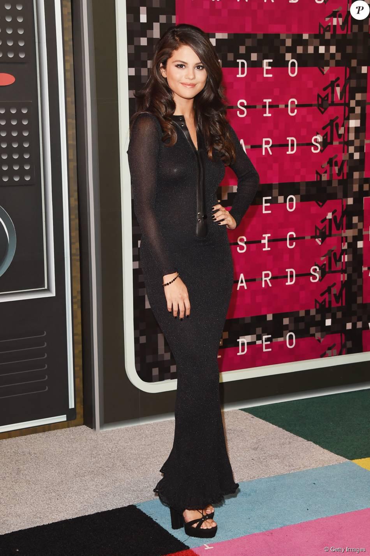 Selena Gomez optou por vestido preto com acabamento em couro de Calvin Klein para o VMA 2015