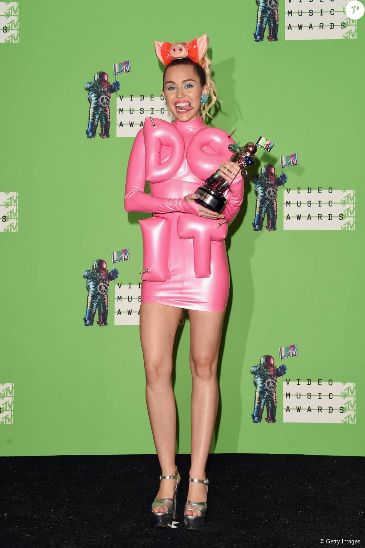 Miley Cyrus também usou vestido inflável rosa no VMA 2015, neste domingo, 30 de agosto de 2015