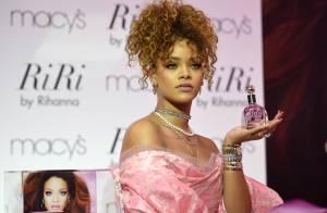 Lançamento de perfume da Rihanna é marcado por protestos em defesa dos animais