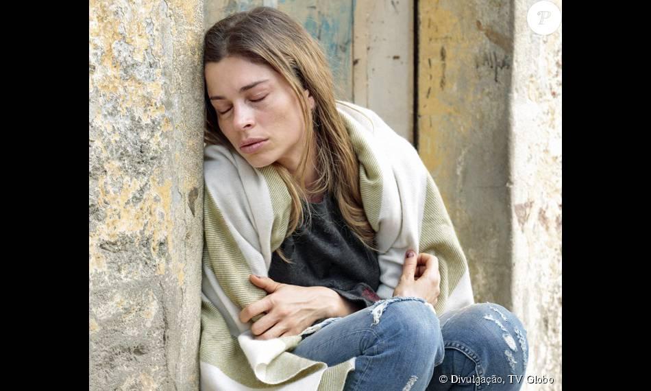 Larissa (Grazi Massafera) vendeu tudo para comprar drogas e no capítulo da novela 'Verdades Secretas' que vai ao ar na quinta-feira, 3 de setembro de 2015, vai passar frio nas ruas