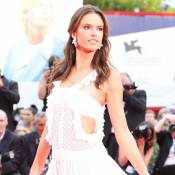 Alessandra Ambrósio usa vestido branco no 1º dia do Festival de Veneza. Looks!