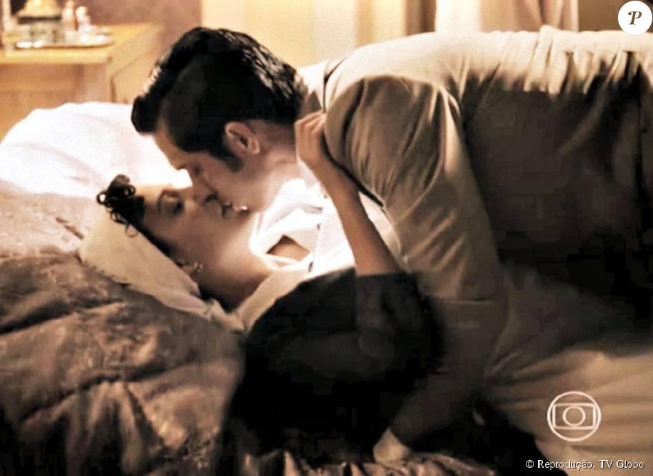 Anita (Leticia Persiles) se entrega e tem sua primeira noite de amor com Roberto (Rômulo Estrela), na novela 'Além do Tempo', em 8 de setembro de 2015