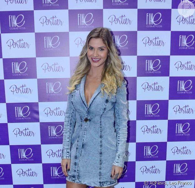 Andressa Suíta, solteira desde o fim do romance com Gusttavo Lima, apostou em um look decotado para ir a feira de beleza Beauty Fair, em São Paulo, nesta segunda, 7 de setembro de 2015