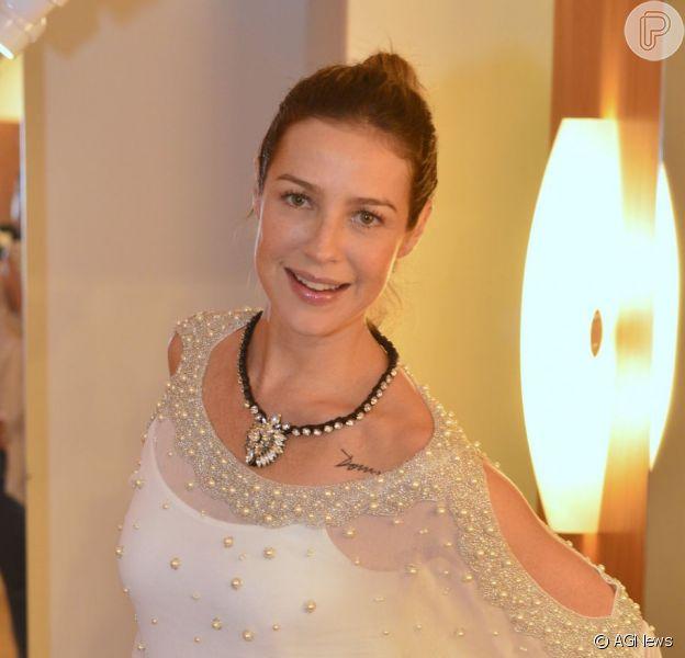 Luana Piovani vai se casar com vestido longo e sem decote, diz a estilista Alzira Vieira ao jornal carioca 'Extra', de 24 de julho de 2013