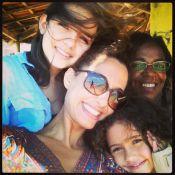 Camila Pitanga posa com a filha e a enteada no Ceará antes de estrear peça