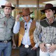 Ciro (Max Fercondini), Rodrigo (Thiago Martins) e Amadeu (Dudu Azevedo) se disfarçam de caubóis para missão de resgate em 'Flor do Caribe'
