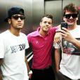 Neymar convida seus melhores amigos para conhecer e curtir sua nova casa em Barcelona, na Espanha