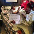 Neymar mostra a cama de sua nova casa no Instagram em que um de seus amigos está mexendo no celular