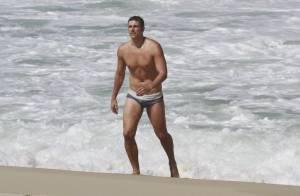 Reynaldo Gianecchini, de sunga, mostra boa forma em praia carioca
