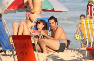 Bruno Mazzeo curte fim de tarde aos beijos com namorada, Joana Jabace, na praia
