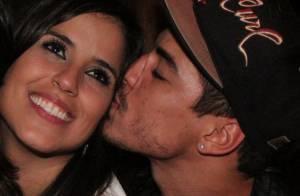 Camilla Camargo beija o ator Douglas Sampaio em palco de show, no Rio