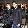 Juliano Cazarré  e a mulher, Letícia, posam para fotos