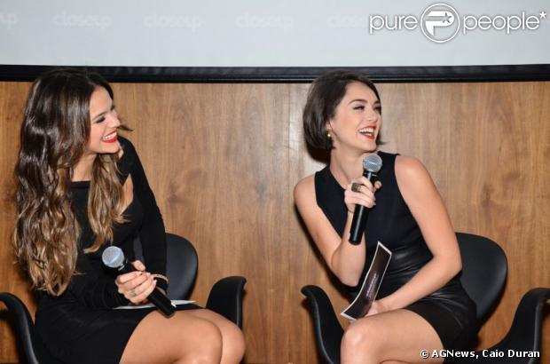Amigas de infância, Bruna Marquezine e Isabelle Drummond esbanjaram simpatia durante o lançamento