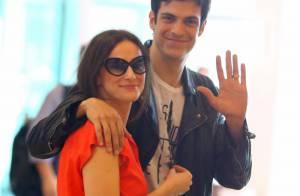 Mateus Solano troca carinhos com a mulher no aeroporto e é tietado por fãs