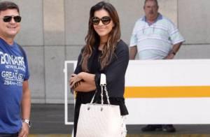 Mariana Rios usa calça estilosa na companhia do pai, Alonso, no aeroporto do Rio