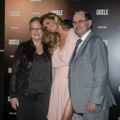 Gisele Bündchen leva os pais e brilha com look fendado em lançamento de livro