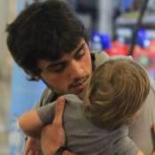 Felipe Simas passeia com o filho antes de estrear em 'Totalmente Demais'