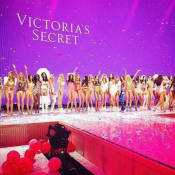 Alessandra Ambrosio e mais tops gravam o desfile Victoria's Secret Fashion Show