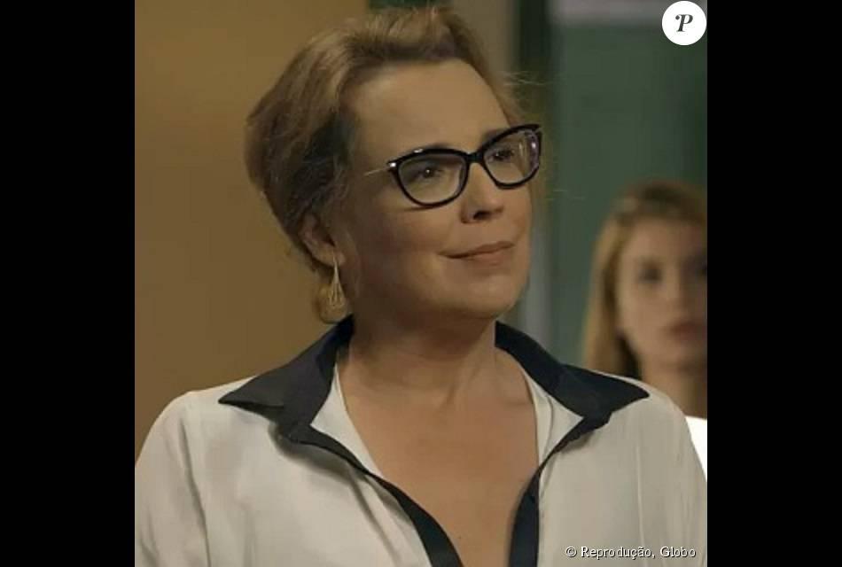 b124c438b36c9 Os óculos de grau usados por Emília (Ana Beatriz Nogueira) em  Além ...