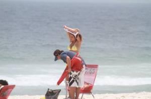 Nívea Stelmann, solteira e de biquíni amarelo, exibe corpão em praia do Rio