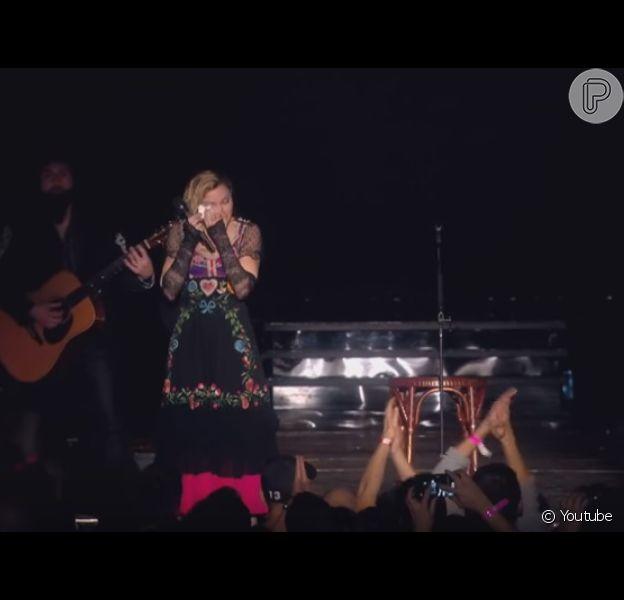 Madonna se emocionou durante seu show em Estocolmo, Suécia, na madrugada deste domingo, 15 de novembro de 2015, ao relembrar os ataques terroristas em Paris