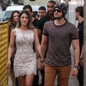 Luan Santana chega de mãos dadas com a namorada, Jade Magalhães, em show no Rio