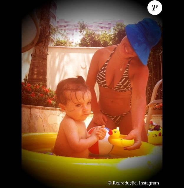 Fernanda Souza se divertiu com a sobrinha e afilhada, Isabeli, durante tarde na piscina de plástico