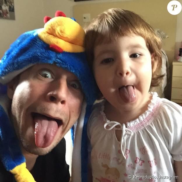 Tiago Leifert usa até roupa da Galinha Pintadinha para alegria da sobrinha, Sofia