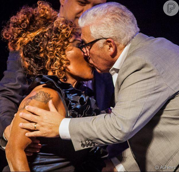 Elza Soares beijou o pai da cantora Amy Winehouse em show em São Paulo. Mitch Winehouse deu um selinho na cantora brasileira durante apresentação na noite desta segunda-feira (16), na casa de espetáculos Teatro Bradesco