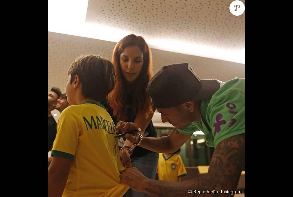 Neymar foi tietado por Ivete Sangalo ao autografar a camisa do filho da cantora, Marcelo, de 6 anos: 'Nós amamos encontrar você, queridão! Obrigada por todo carinho'