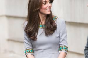 Kate Middleton aposta em vestido de R$ 5.700 durante visita em escola de Londres