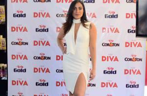 Anitta aposta em look decotado total white de RS 2.310 em evento de beleza